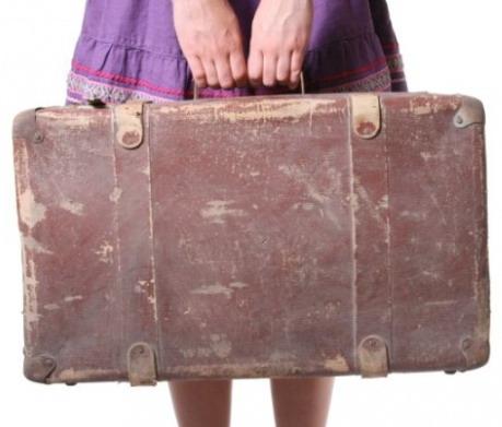 Девушка со старым чемоданом